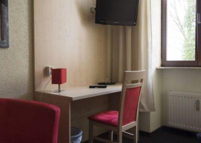 Zimmer - Schreibtisch - TV