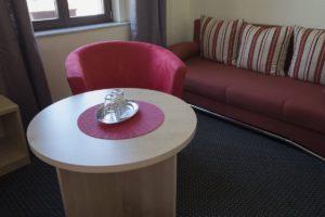 Zimmer - Couch - Sessel - Tisch